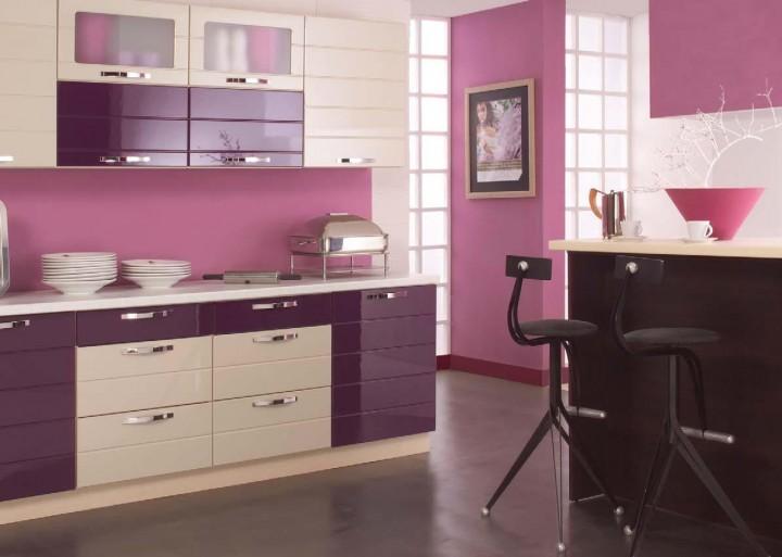 Netradiční kuchyňská linka ve fialové barvě