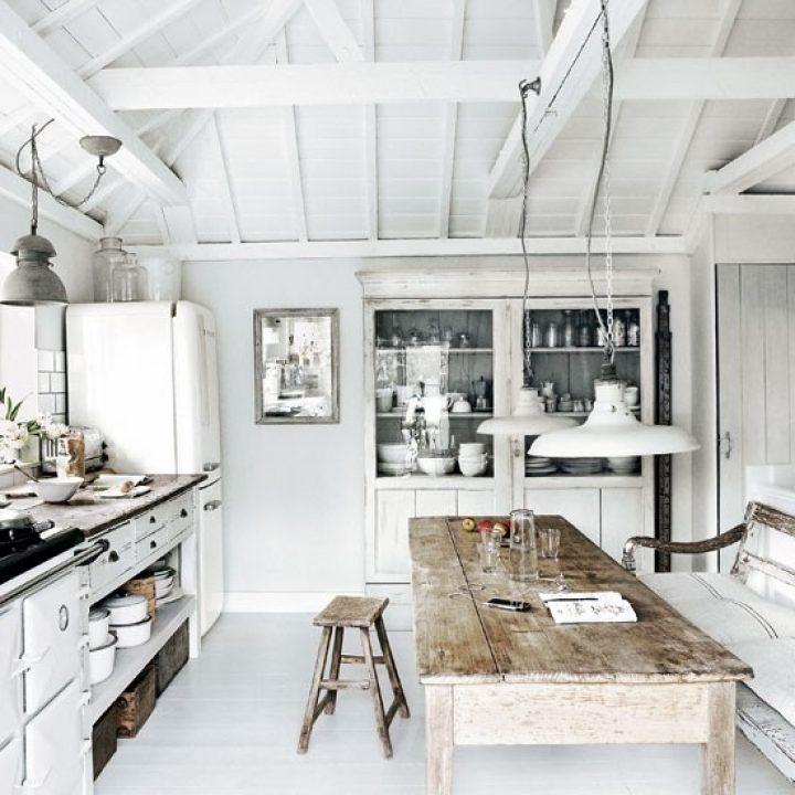 Rustikální kuchyň v bílé barvě