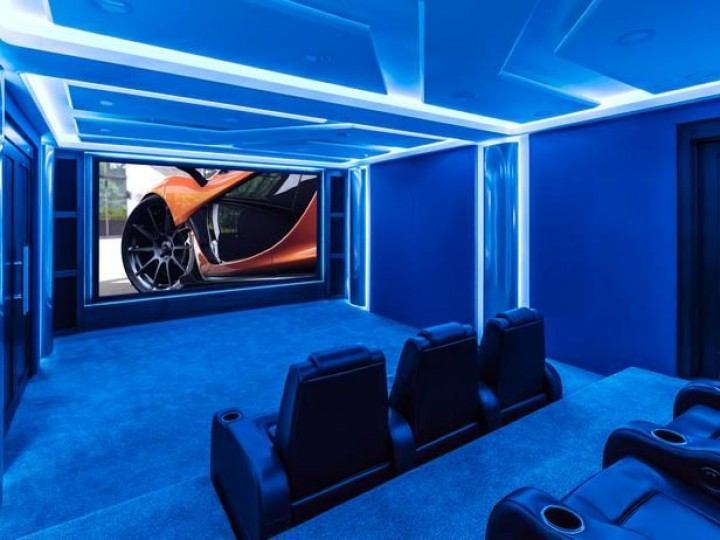 Moderní kinosál pro muže