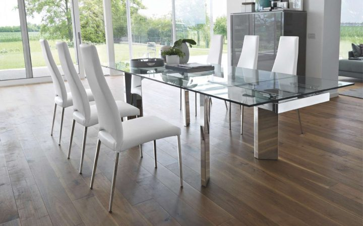 Jídelna se skleněným stolem v interiéru