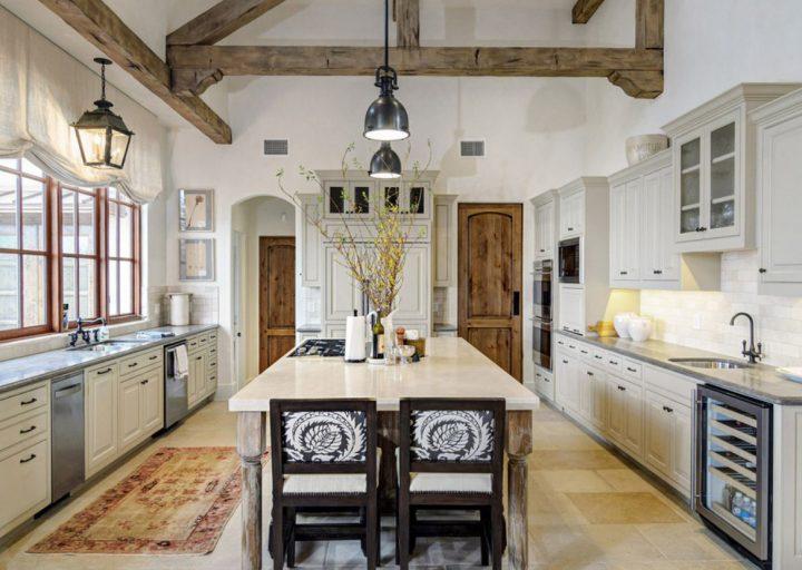 Bílá kuchyň s přírodními materiály