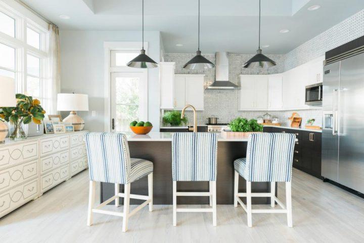 Pruhovaný nábytek v kuchyni