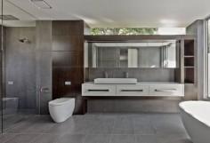Prostorná koupelna v šedo-bílé kombinaci