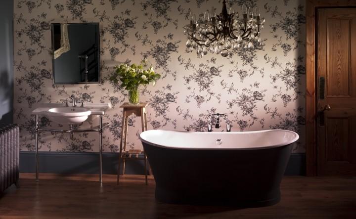 Luxusní koupelna s černou vanou
