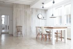 Jídelna v kombinaci dřeva a bílé barvy
