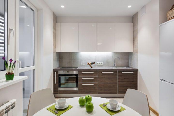 Moderní jídelna s kuchyní a moderním nábytkem