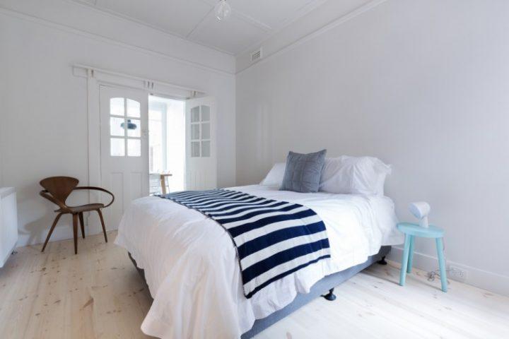 Jednoduchá ložnice s designovými prvky