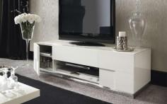 Jednoduchá bílá skříň na televizi
